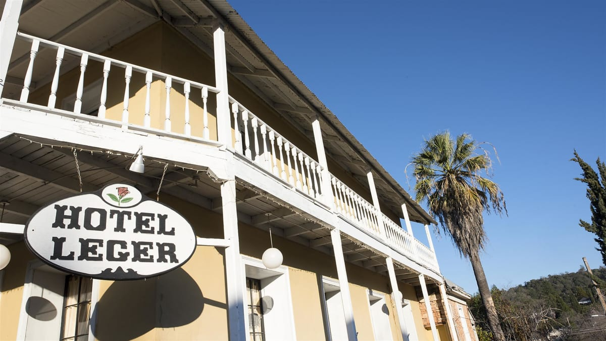 The crew investigates a historic hotel with a dark past in California.
